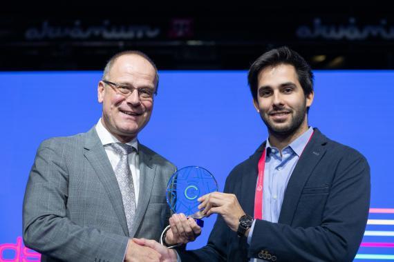 El CEO de Zeleros, David Pistoni, recogiendo el premio del público del EIT