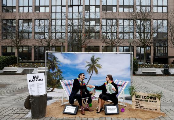 Dos personas protestan contra la política de la UE respecto a los paraísos fiscales