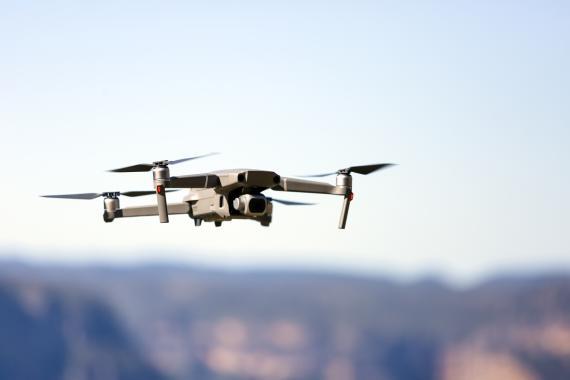 Un dron vuela