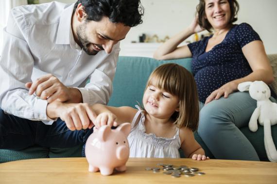 Familia pensando en el ahorro a largo plazo.