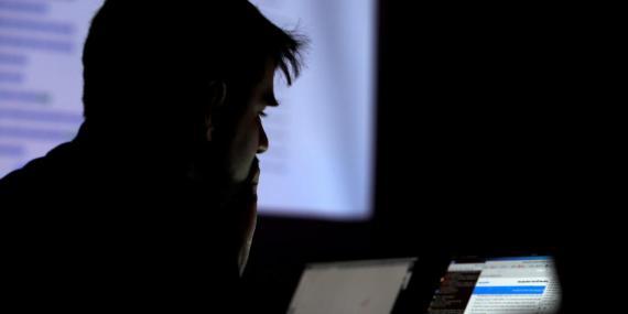 Un hombre participa en un concurso de hackers en la convención Def Con en Las Vegas en esta imagen de archivo.