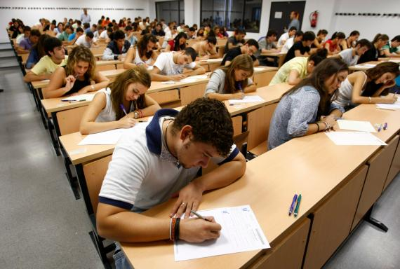 Un grupo de estudiantes se examinan en la prueba de acceso a la universidad