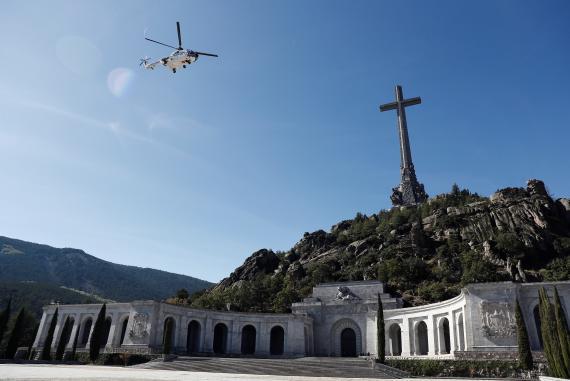 El helicóptero que  traslada los restos de Francisco Franco tras su exhumación del Valle de los Caídos.