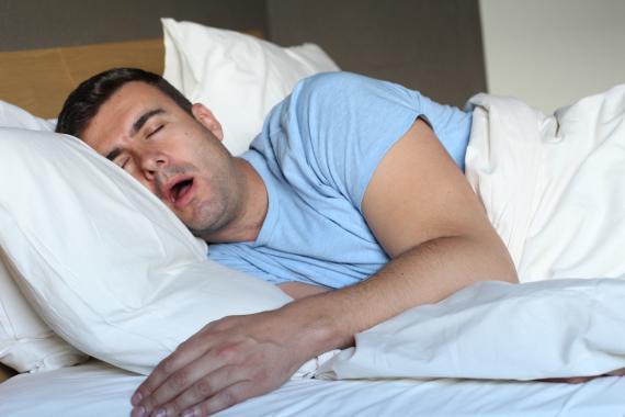 Hombre en la cama roncando
