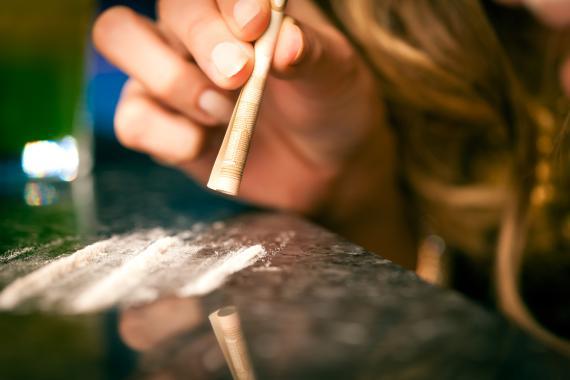 Joven consumiendo cocaína