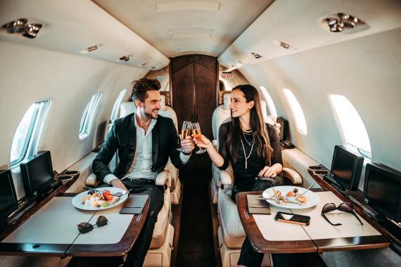 Jóvenes en un jet privado