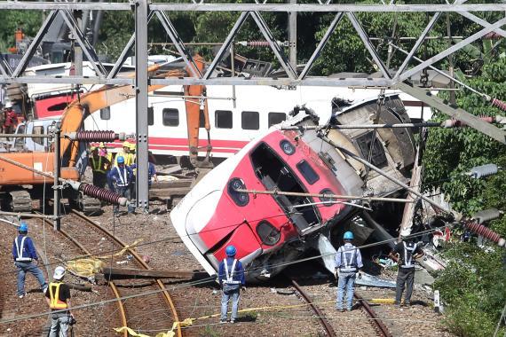Labores de rescate en un accidente ferroviario en Taiwán