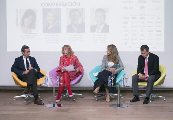 Javier Valle, director general de JUUL Labs en España, María Eizaguirre periodista de TVE y moderadora de la mesa, Irene Cano, directora general de Facebook y Javier Solans, director general de Procter and Gamble en España.