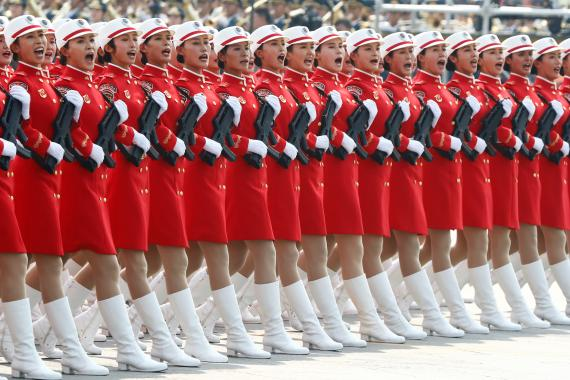 La milicia marcha en formación por la plaza de Tiananmen durante el desfile militar que conmemora el 70º aniversario de la fundación de la República Popular China.