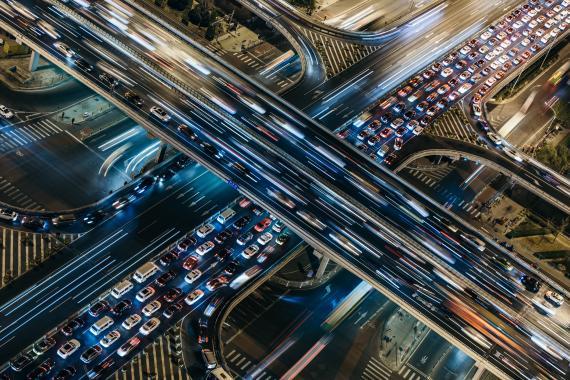 Muchos coches circulando por una ciudad