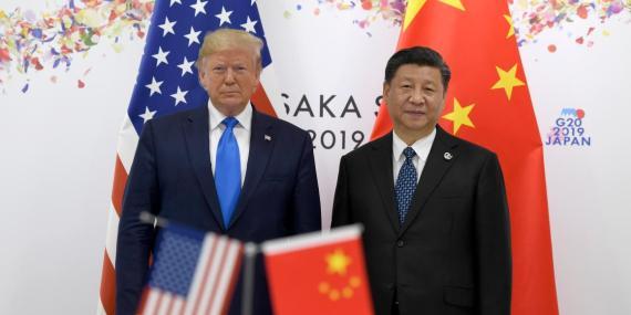El presidente Donald Trump posa junto al presidente de China Xi Jinping