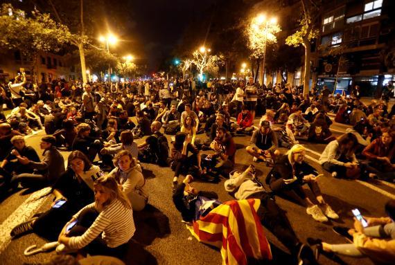 Un grupo de manifestantes protagoniza una sentada en la Diagonal durante las protestas contra la sentencia del procés de este domingo 21 de octubre, la séptima jornada consecutiva con movilizaciones en las calles.