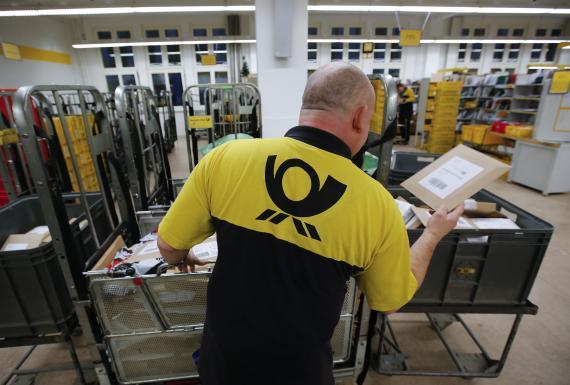 Un trabajador del servicio postal alemán en una oficina en Berlín.