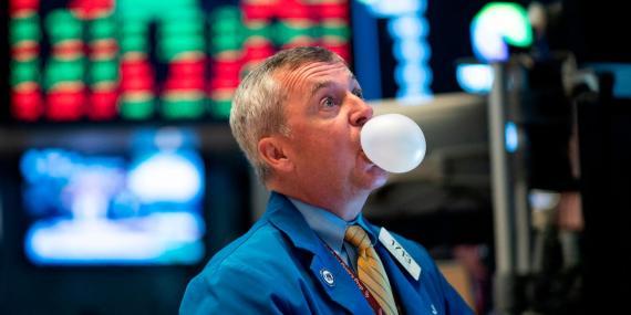 Un trader de Wall Street observa la evolución de los mercados mascando chicle