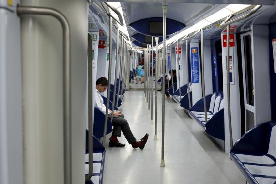 Varón en un vagón del metro de Madrid