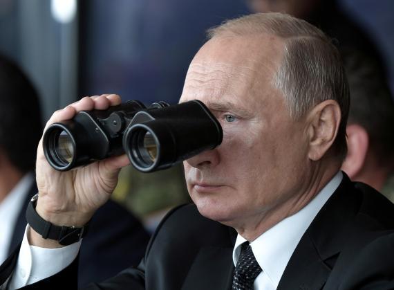 Vladímir Putin, presidente de Rusia, supervisando ejercicios militares en la región de Orenburgo