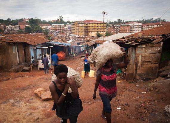 Varias mujeres portan sacos de cáscaras de plátanos en Kataanga, Uganda.