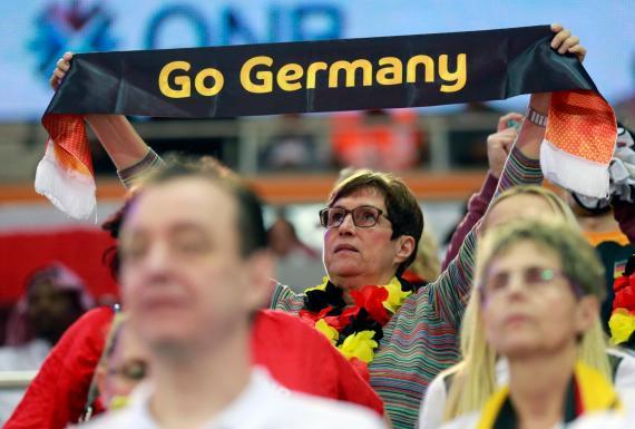 Una aficionada alemana anima a la selección femenina de balonmano
