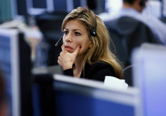 Una analista financiera revisa datos bursátiles
