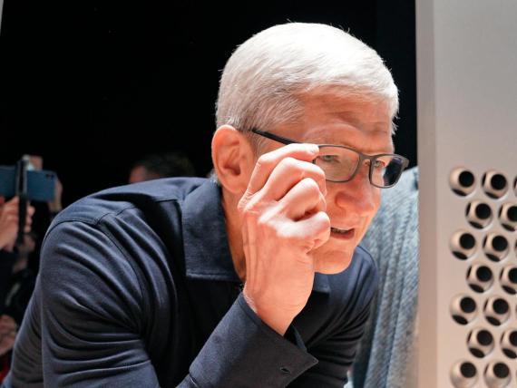Tim Cook, CEO de Apple, con unas gafas analógicas perfectamente normales.