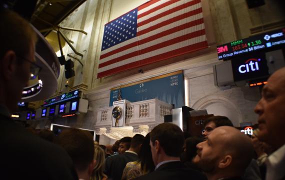 """La bandera de Estados Unidos, preside el llamado """"podium"""" en Wall Street."""