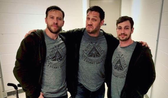 Tom Hardy junto a su doble Jake TomuriJ y Cory Demeyer