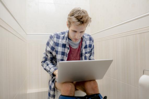 Empleado trabajando en el baño