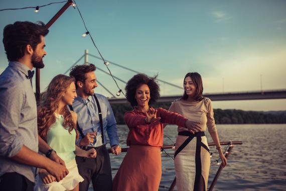 Grupo de jóvenes de vacaciones en un crucero.