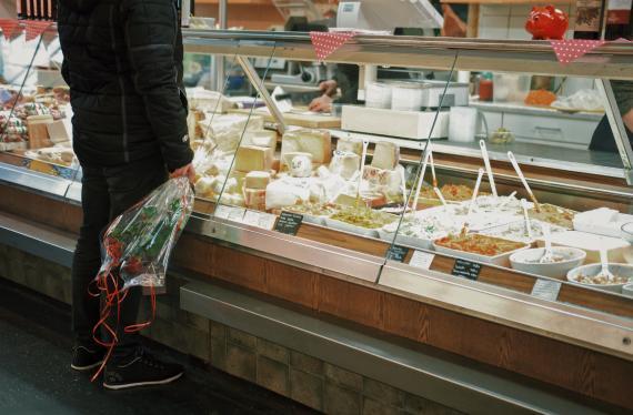 hombre comprando queso