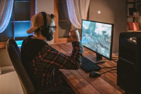 Un hombre jugando a videojuegos