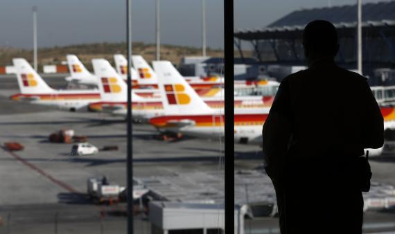 Un hombre observando aviones de Iberia.