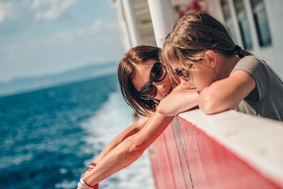 Madre e hija de vacaciones en un crucero.