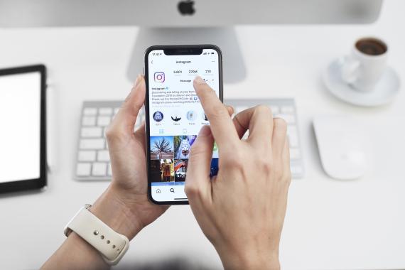 Mujer utilizando la aplicación de Instagram