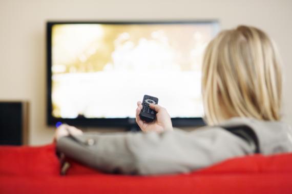 Mujer viendo la TV.