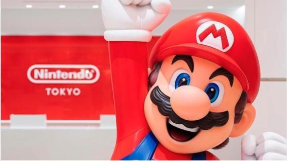 Super Mario da la bienvenida a los clientes a Nintendo Tokio.