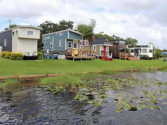 La comunidad de Orlando Lakefront tiene más de 30 casas pequeñas.