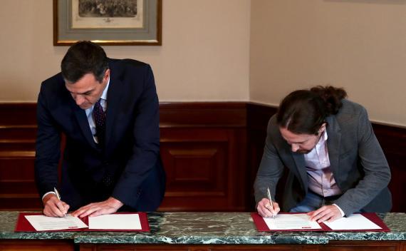Pedro sánchez y Pablo Iglesias firman su preacuerdo para formar Gobierno.