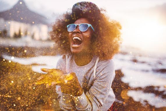 Una persona sopla polvos de oro.