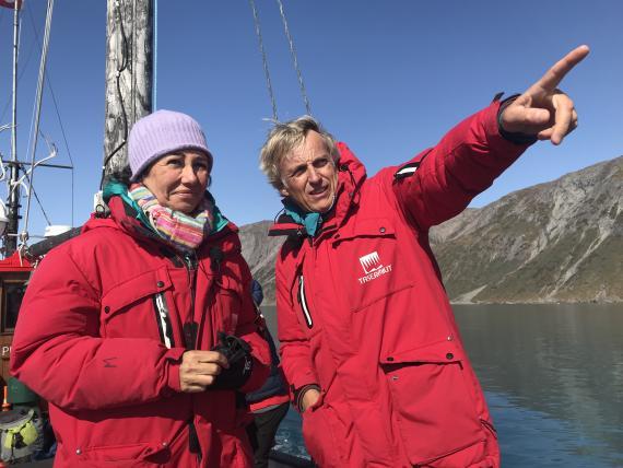 Ana Botín, presidenta de Santander, y el presentador Jesús Calleja en la grabación de su programa Planeta Calleja en Groenlandia.