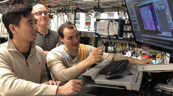 Kevin Miao, Chris Anderson y Alexandre Bourassa, investigadores de la Escuela Pritzker de Ingeniería Molecular.