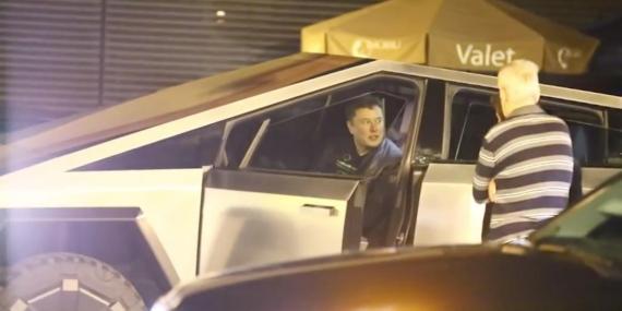 Elon Musk, flanqueado por lo que parecen ser guardias de seguridad privada, en un vídeo publicado por TMZ a las puertas de Nobu, un restaurante de sushi en Malibú.