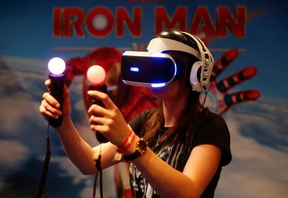 Una gamer prueba unas gafas de realidad virtual