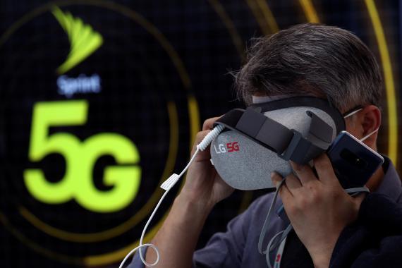 Un hombre usa unas gafas de realidad virtual con 5G.