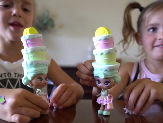 Las YouTubers Mila y Emily fueron dos de las influencers a las que Skyrocket envió muñecas para su campaña de marketing.