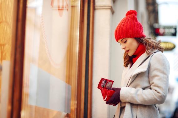 Una mujer mira su cartera en la calle