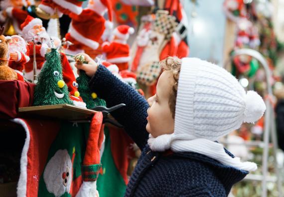 Niño con juguetes de Navidad