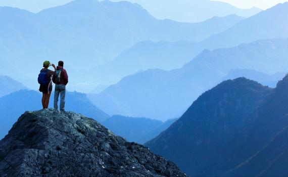 Dos viajeros disfrutan de un paisaje de montaña.