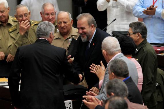 El presidente cubano Díaz-Canel y el ministro de Turismo Marrero, nombrado primer ministro del país, se dan la mano durante la sesión ordinaria de la Asamblea Nacional en La Habana.