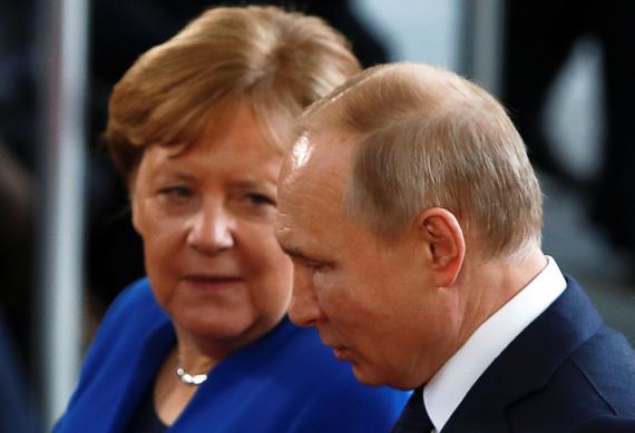 La canciller alemana, Angela Merkel, conversa con Vladimir Putin, presidente de Rusia, durante la conferencia sobre Libia en Berlín.