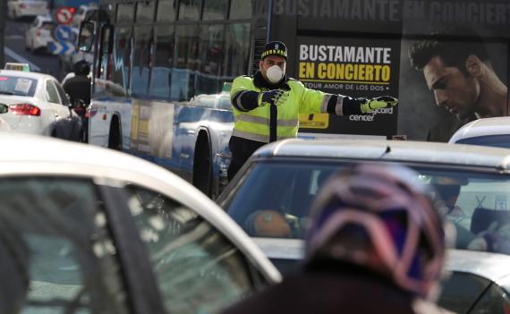 Un policía dirige el tráfico durante las restricciones de tráfico destinadas a frenar la contaminación del aire en Madrid.